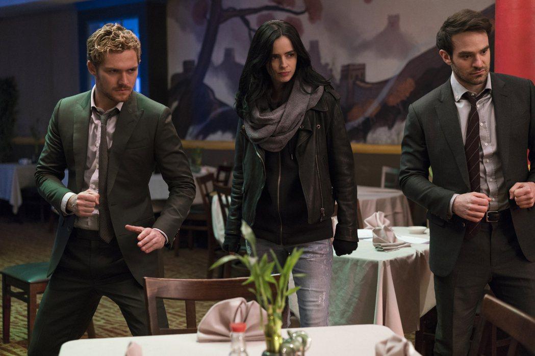 鐵拳俠(左起)、潔西卡瓊斯與夜魔俠在「漫威捍衛者聯盟」首度攜手出擊。圖/Netf