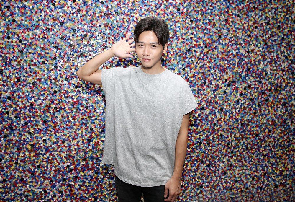 藝人蔡旻佑日前參觀Paul Smith展與鈕釦牆合照。記者/侯永全 攝影