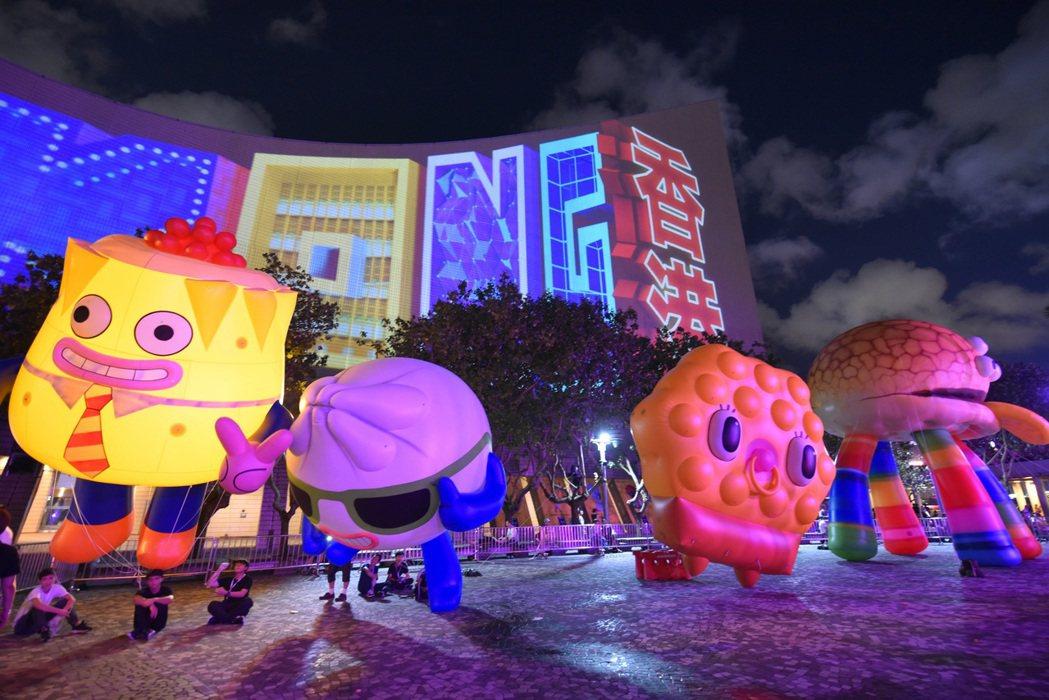 五彩繽紛的動畫角色,包括菠蘿包、雞蛋仔和點心等,會跳出銀幕,以LED塑像和巨型充...