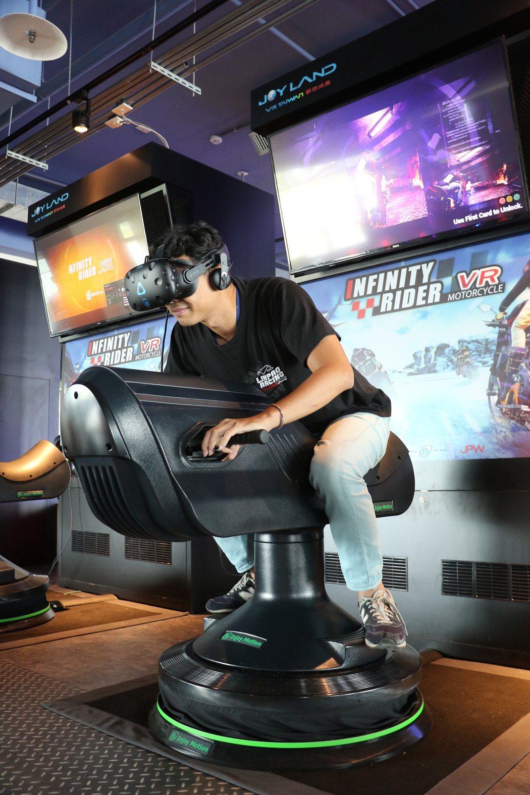 麗寶國際賽車場最新推出的「無限騎士VR」,結合虛擬影像,重現騎乘重機時的飆速震撼...