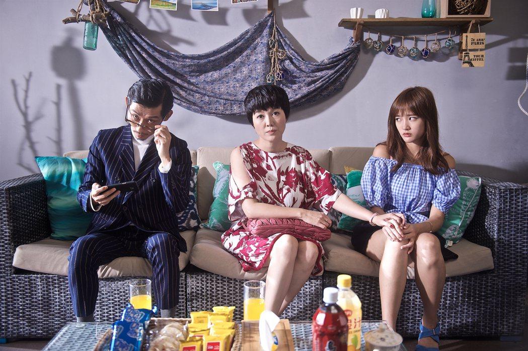 王淨(右)在「痴情男子漢」片中飾演陳竹昇、苗可麗的女兒。圖/牽猴子提供