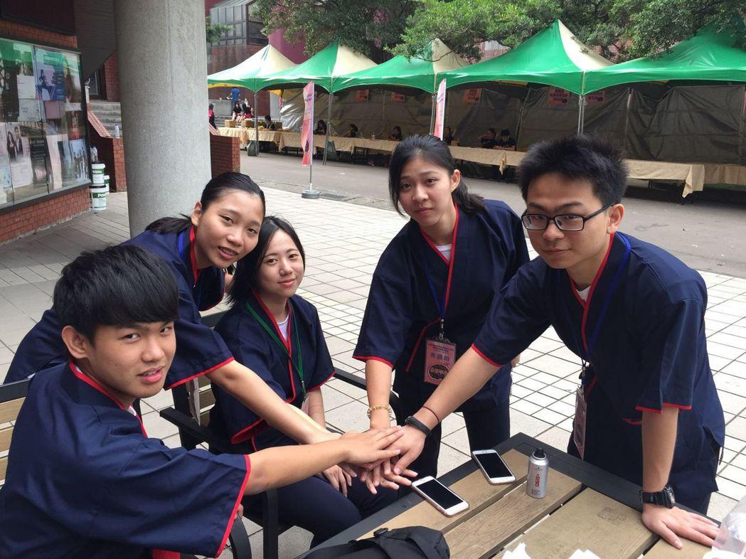 從小在中國大陸唸完高中台商子弟陳家榮(右1),返台從高一重新學習,就讀桃園私立六...