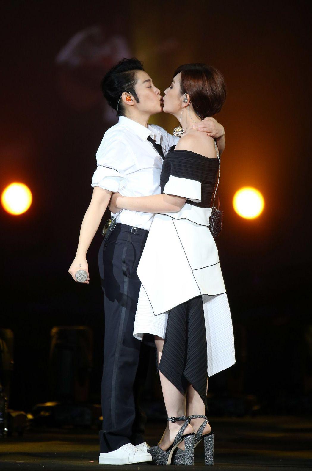 劉若英與梁靜茹在台上玩親親。記者陳瑞源/攝影