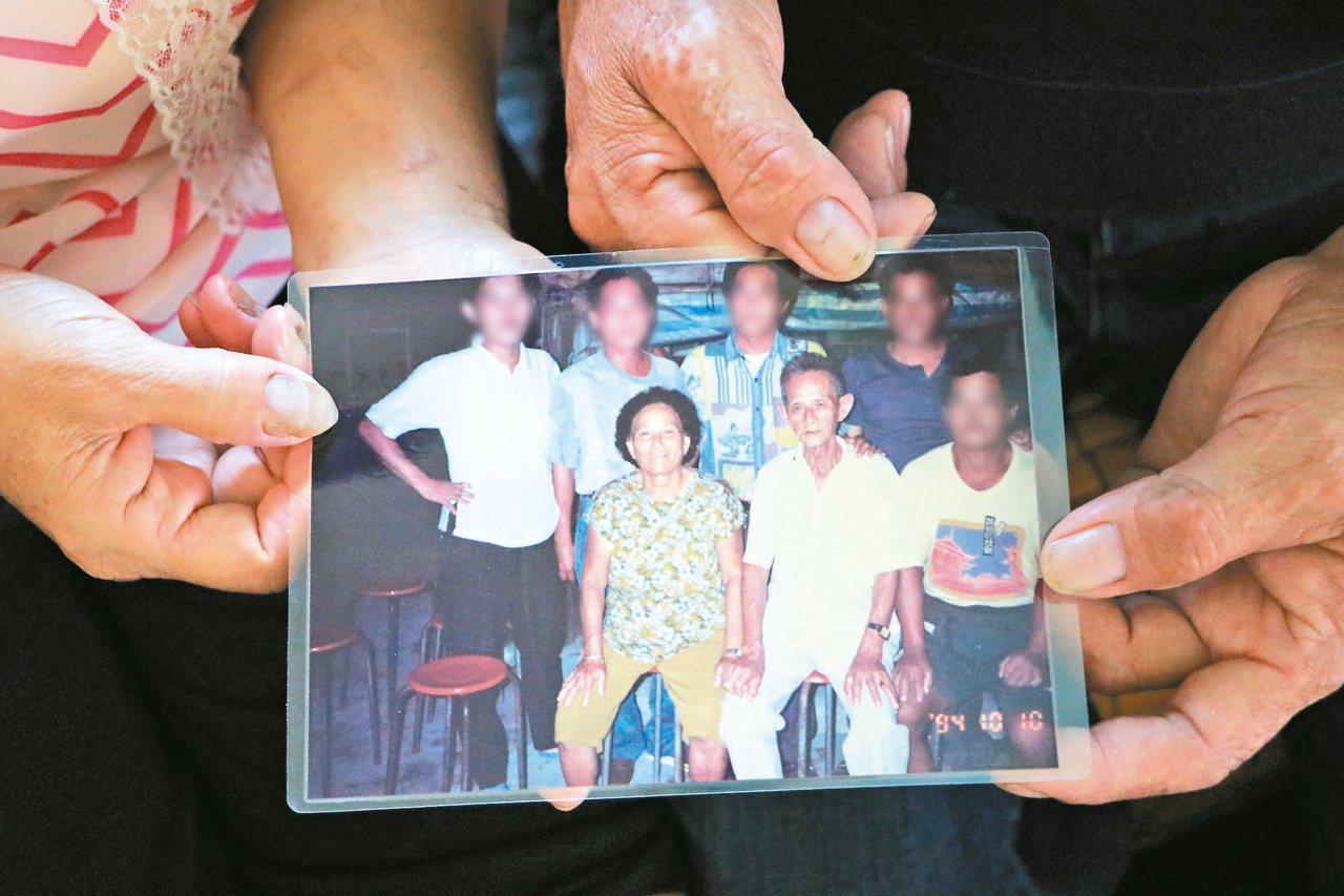 中石化安順廠附近居民,許多人體內戴奧辛都超標,居民拿出全家合照,指已過世的父母都...