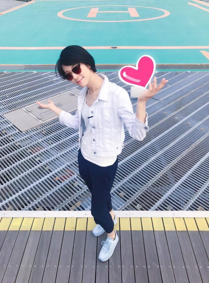 賴雅妍曬出一張全身帥照,將手P上愛心圖案,向當地粉絲熱情喊話,「你們準備好了嗎?...