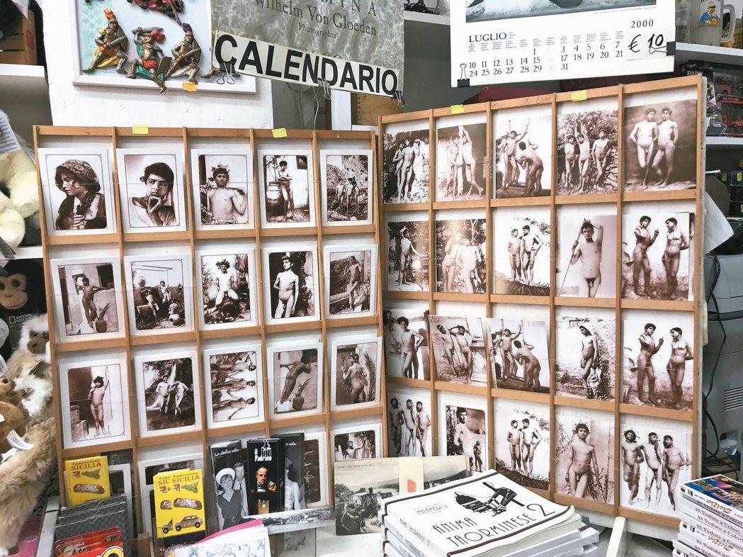西西里島陶爾米納一紀念品店販賣的裸體明信片,作品全都是出自威廉.馮.格魯登。 陳...