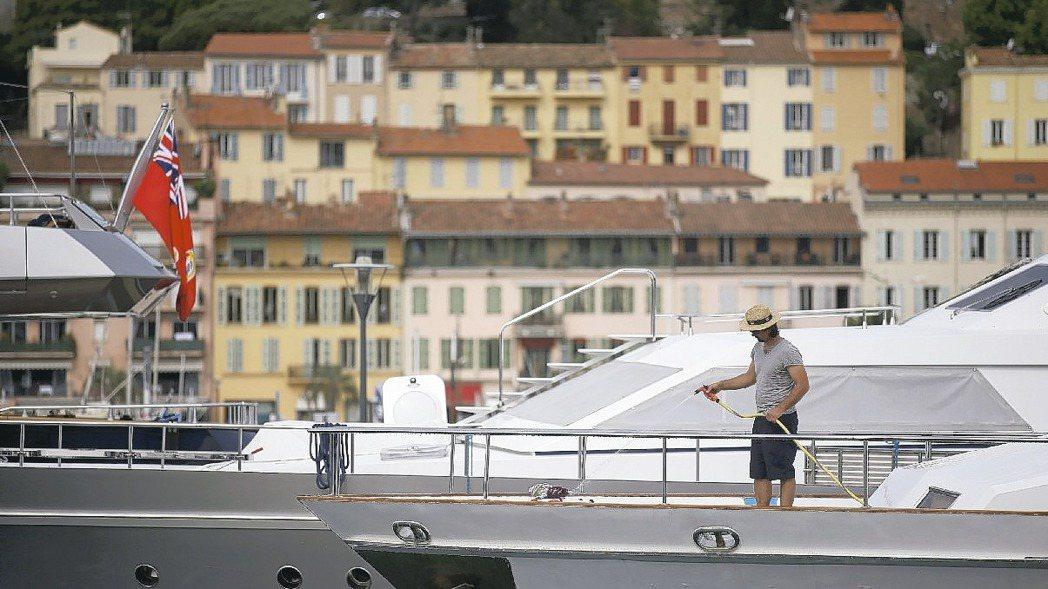 法國蔚藍海岸的遊艇生意不敵義大利和西班牙,圖為停泊坎城的遊艇。 路透