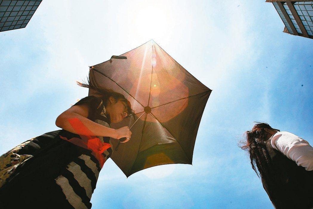 今年是台灣史上最熱的8月上旬,據中央氣象局統計,全台13個測站平均氣溫達攝氏29...