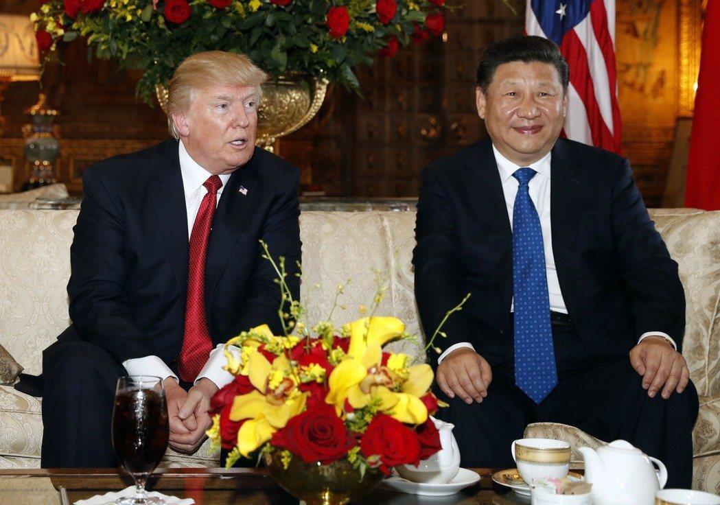 美國總統川普(左)在美東時間十一日晚間與中國大陸國家主席習近平(右)通話,雙方就...