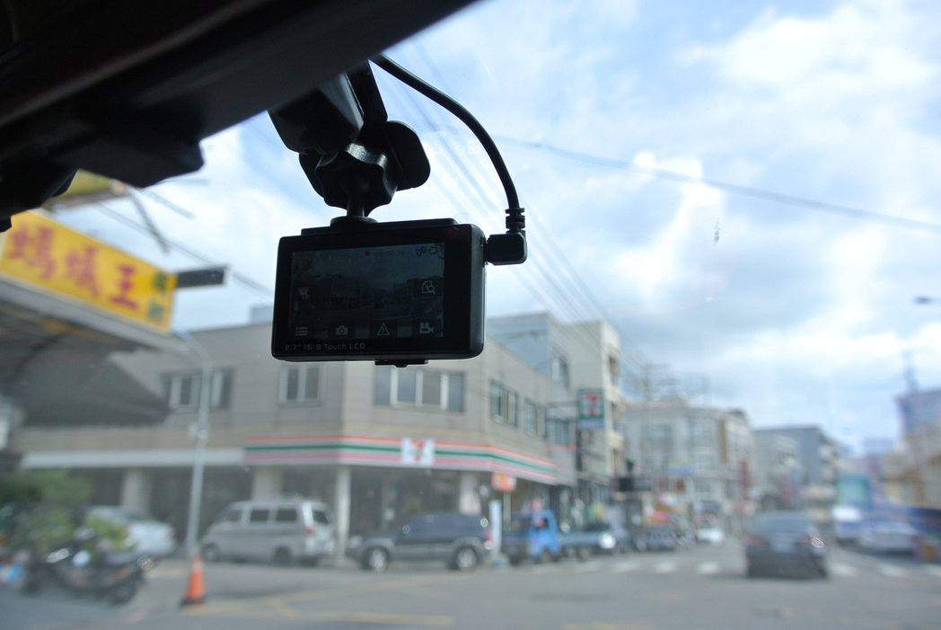 每輛車幾乎必備一台行車記錄器,不只自保,更能提供影像給警方,成為道路正義達人。 ...