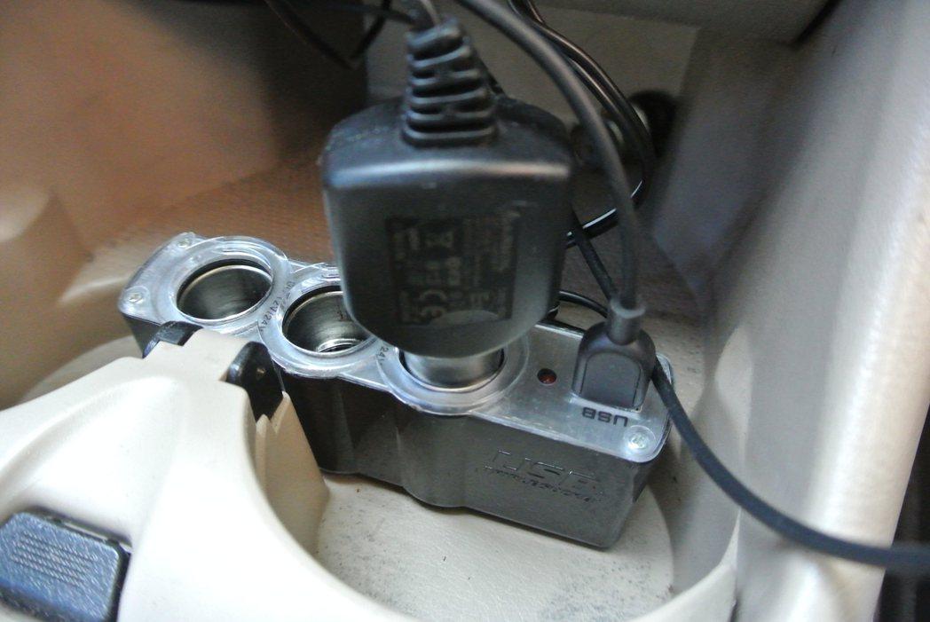 現代人喜歡車充行動電源或手機,因此將行車紀錄器插座拔除,若忘記插回或接觸不良,導...