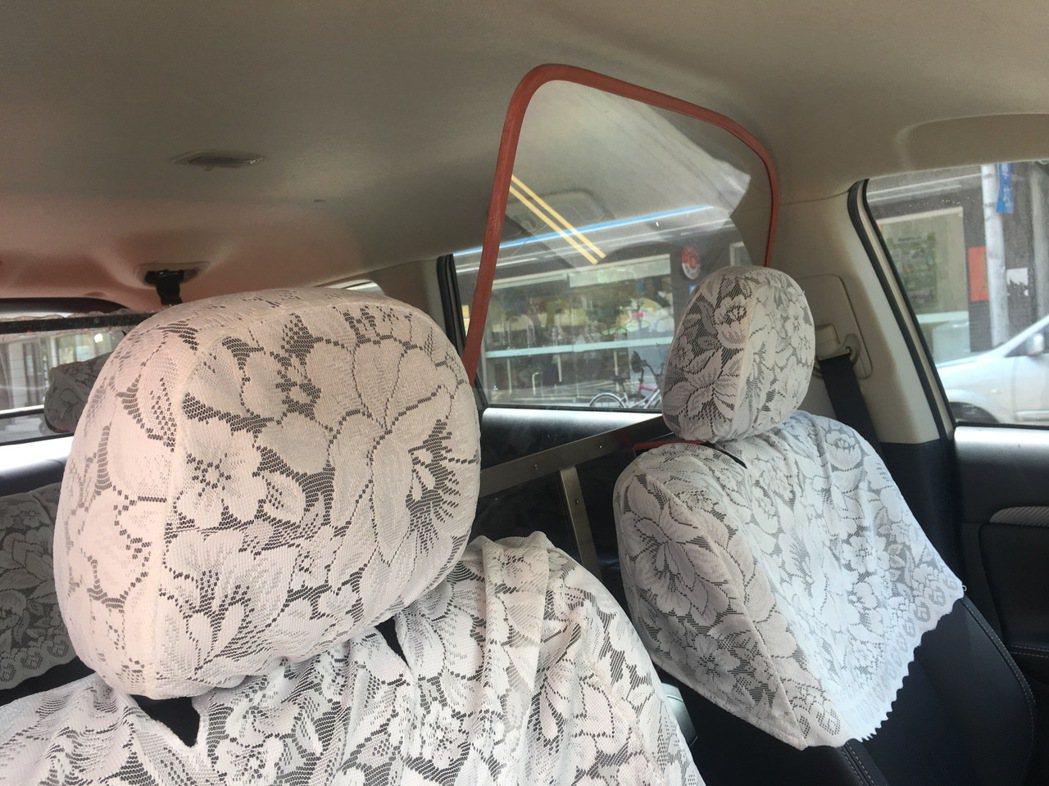 賴姓員警遭刺殺身亡後,警車內部多了安全防護罩,隔離駕駛座和後座。 記者李承穎/攝...