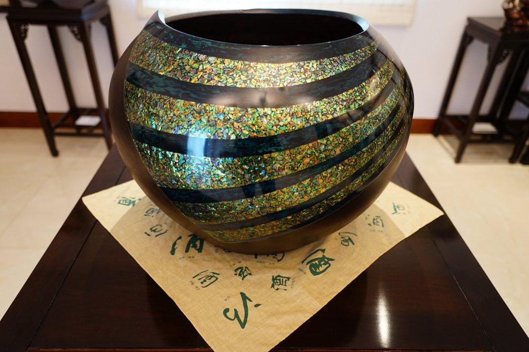彭坤炎以傳統農村使用的米缸為創作主題,用天然漆製成的漆藝作品「富貴圓滿」,因無坯...