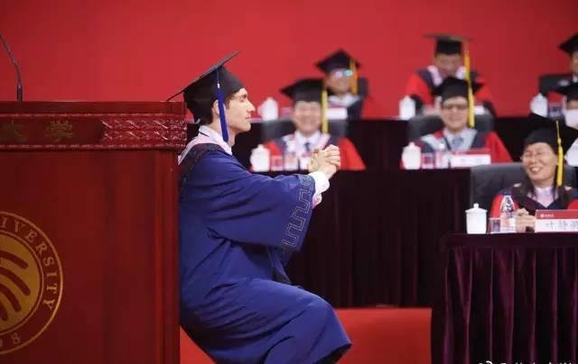 美國留學生艾文(Cody Abbey)在今年北大研究生畢業典禮上以學生代表發言,...