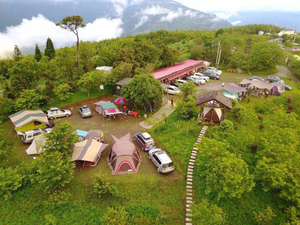 位於梅山山頂的「翡述景園」,擁有絕佳的賞景視野。(圖片來源/翡述景園粉絲團)