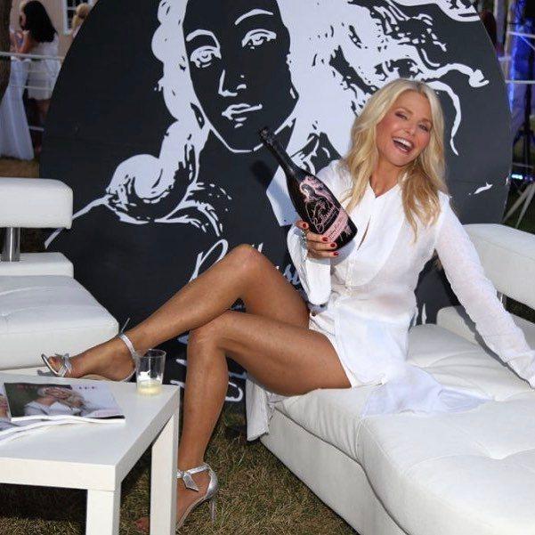 63歲的克莉絲蒂布林克利依然擁有傲人美腿與窈窕身段。圖/摘自Instagram