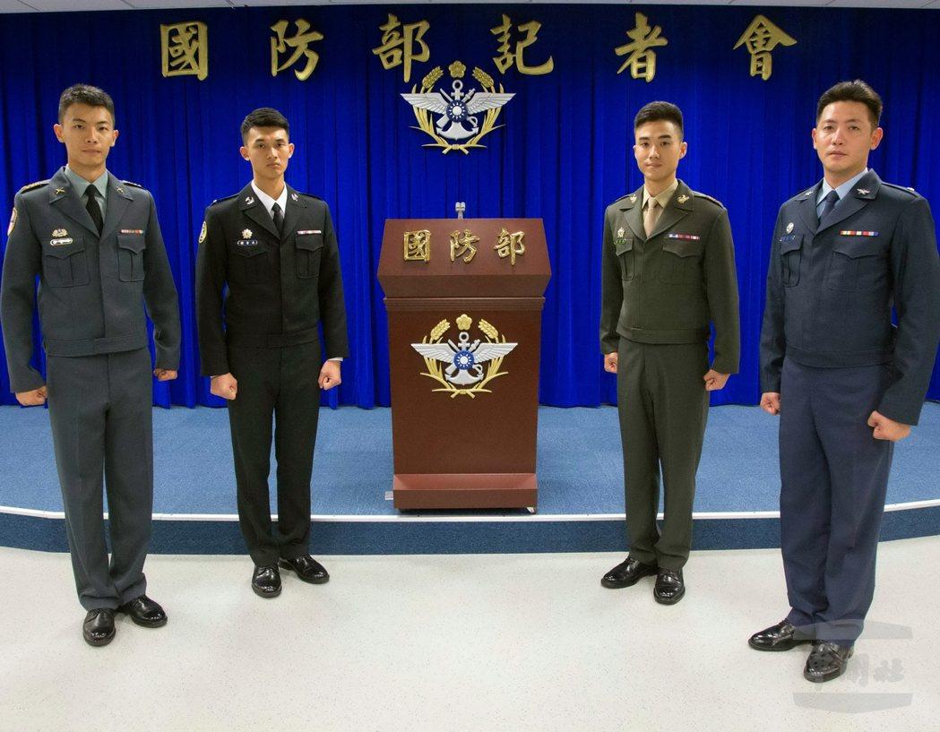 國防部在8日的記者會上,展示新式軍便服夾克,預計今年11月起開始換發。圖/軍聞社