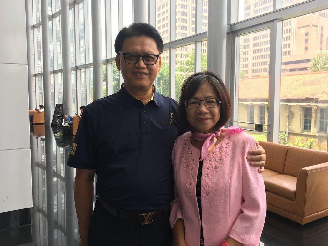 肝癌患者蔡錦貴(右)與丈夫共同出席肝基會23周年慶,訴說自己因捐血檢查報告,結果...
