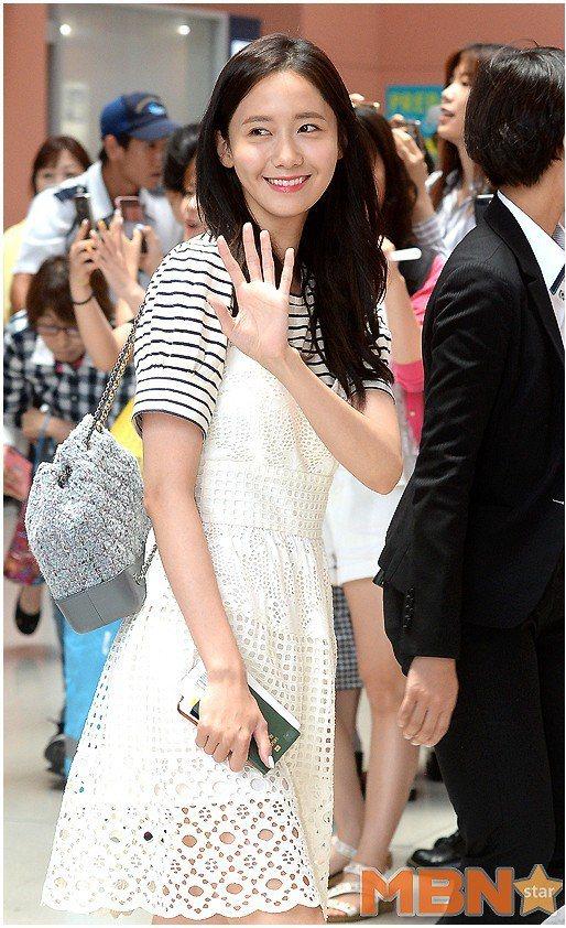 潤娥將Janey白色蕾絲洋裝穿得有如大學生般清新亮麗。圖/取自pinterest