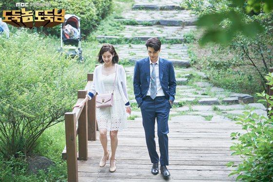 徐玄在韓劇中穿著Janey白色蕾絲洋裝。圖/取自twitter