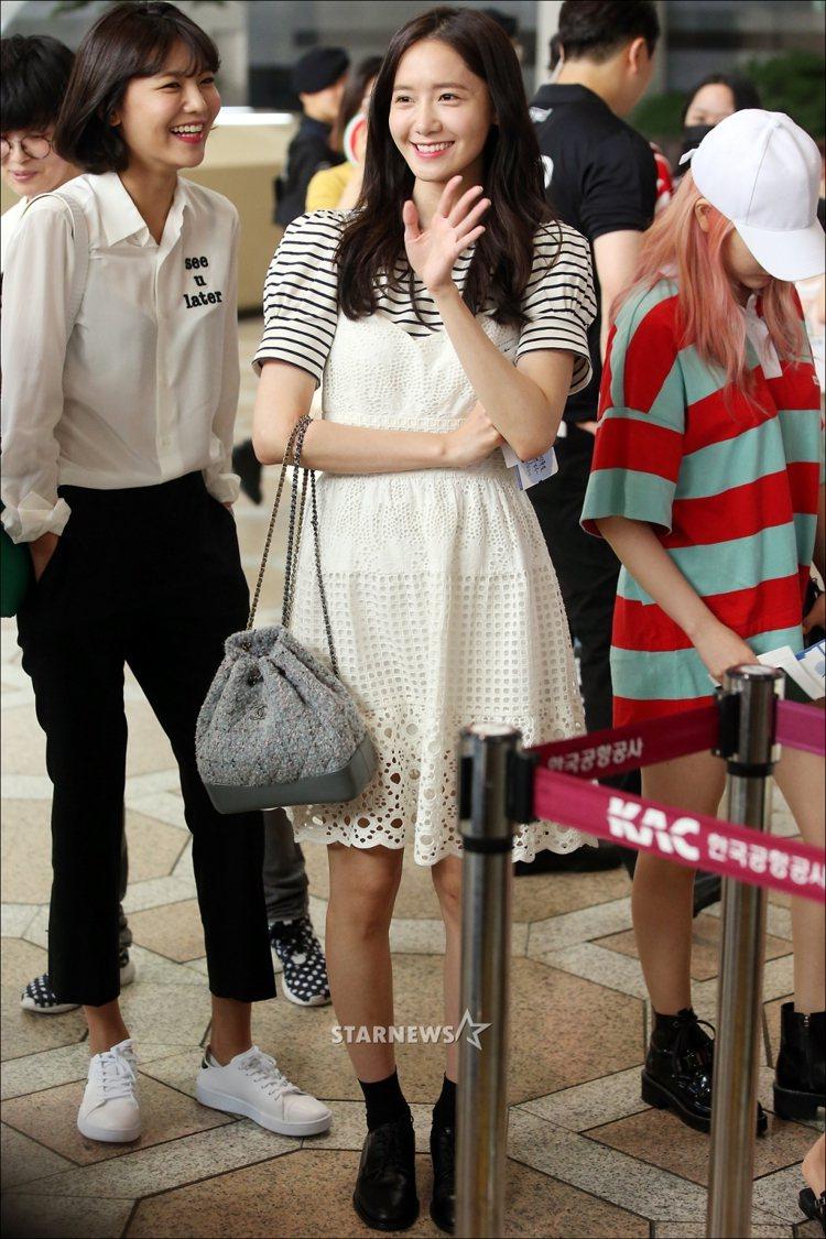 潤娥穿著Janey白色蕾絲洋裝現身金浦機場。圖/取自star.mt.co.kr