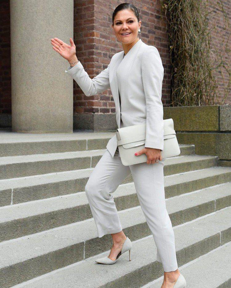 瑞典維多利亞王儲穿上J.Lindeberg白色西裝。圖/取自IG