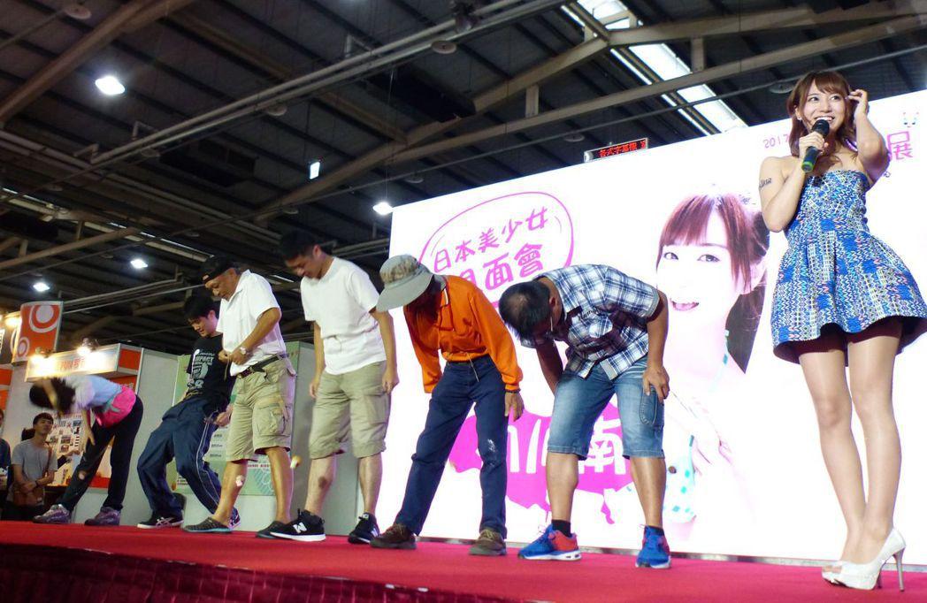 日本動漫美少女初川南(右)今天跨海,與粉絲大玩甜蜜蜜情人挑戰賽。記者趙容萱/攝影