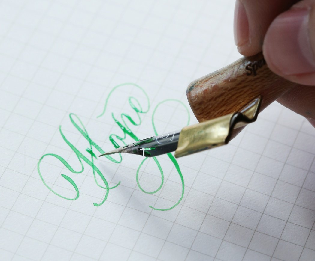 字體的優雅線條與暈染的墨水在紙上留下美麗痕跡。陳立凱/攝影