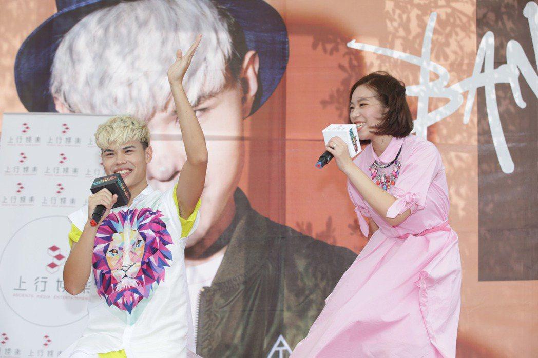 網紅聖結石P粉絲見面會與老婆Dodo一同合唱歌曲。記者陳瑞源/攝影