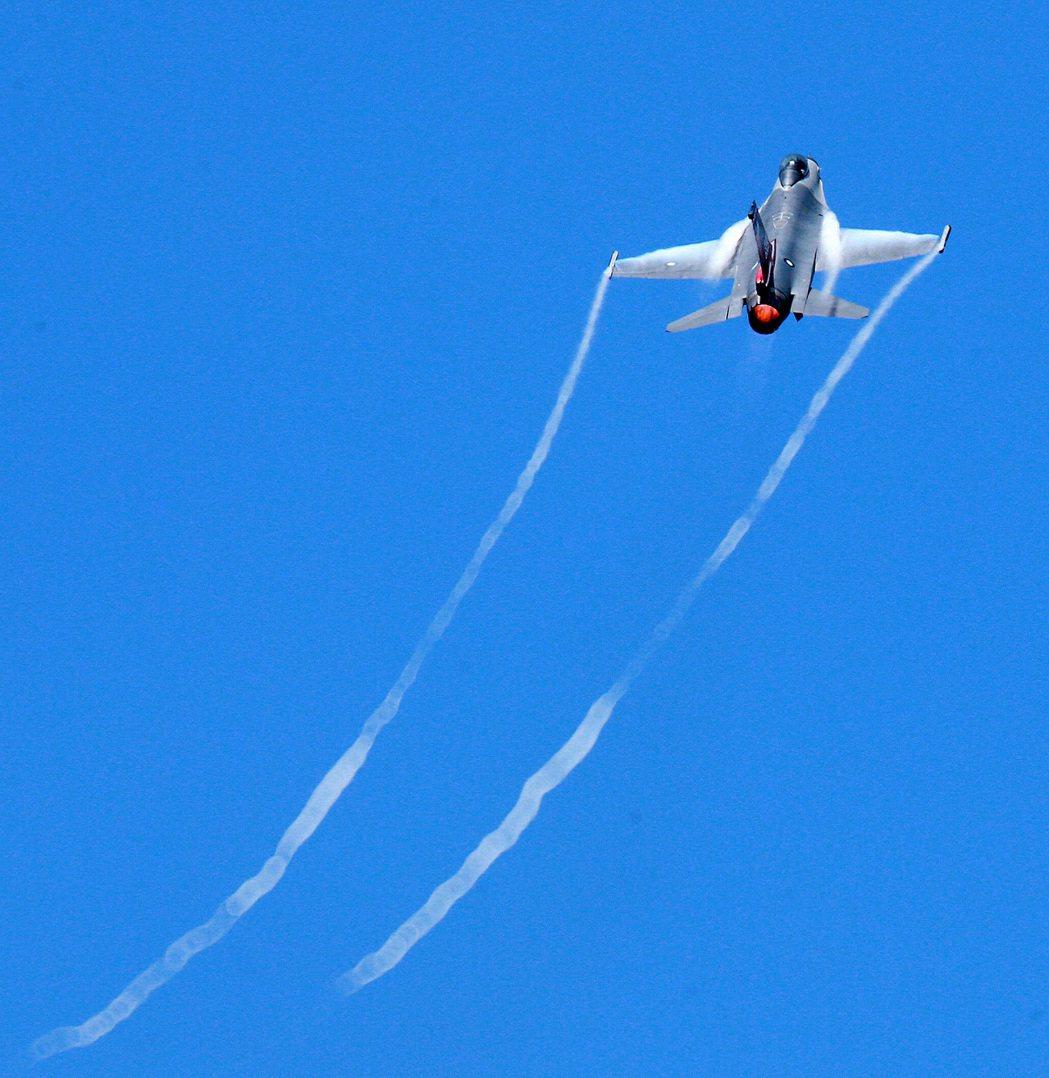 F-16戰機空中精彩特技演出,吸引民眾目光。記者劉學聖/攝影