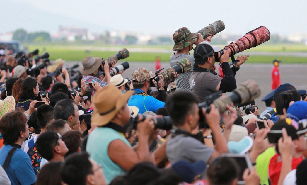 各型精銳戰機精彩空中特技演出,吸引許多民眾及軍事迷目光,快門按不停。記者劉學聖/...