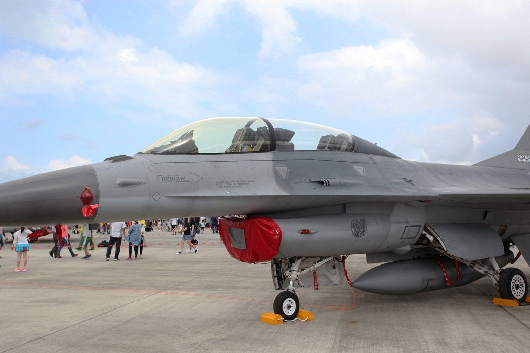 花蓮飛官載麻糬的F-16戰機也在會場中展示亮相,許多民眾都想要爭睹這架「麻糬戰機...