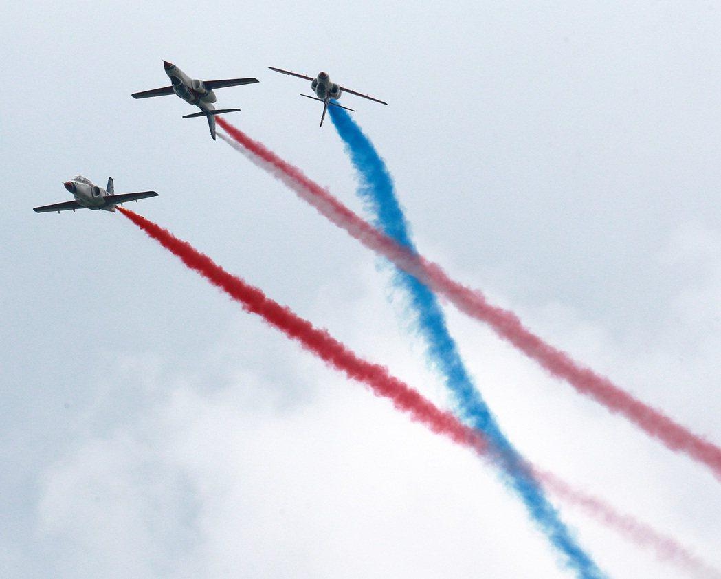 雷虎小組噴著彩煙在空中精彩特技演出,吸引許多掌聲與目光。記者劉學聖/攝影