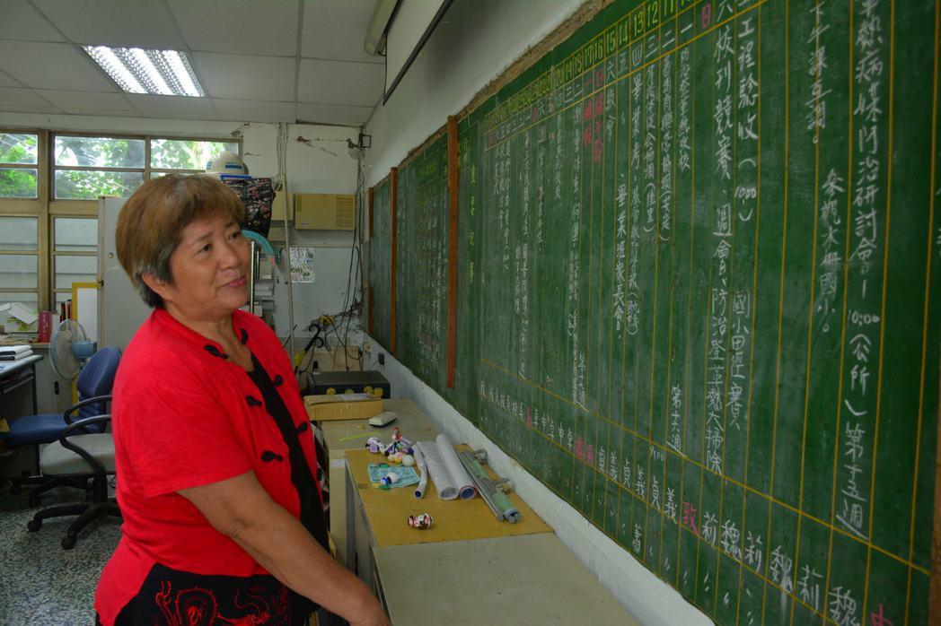台南左鎮國小意外發現26年前的「黑板行事曆」,退休卓老師看著黑板上的記事有如走入...