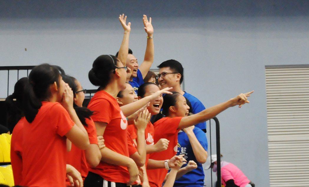 永仁高中楊芷昀投進追平三分球,場邊啦啦隊欣喜若狂。  記者曾思儒/攝影