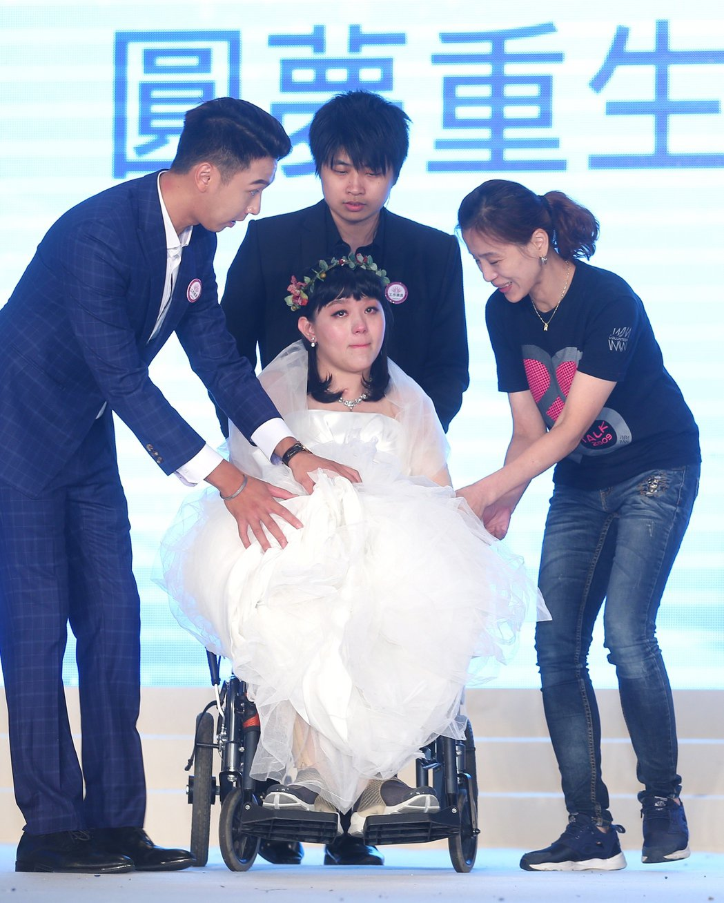 曾在2013年參賽的八仙事件傷者林佩璇(中)重回城市小姐舞台,接受大家鼓勵,閃燃...