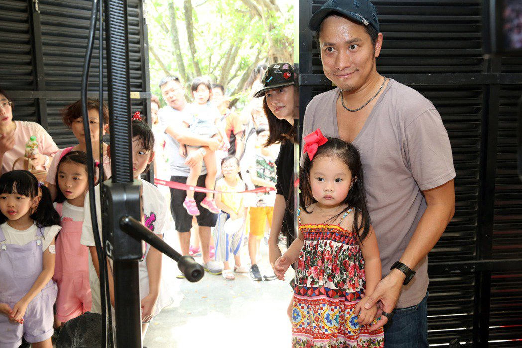 左左右右的歌迷會,人山人海,素顏的關穎與老公帶女兒追星。圖/讀者提供