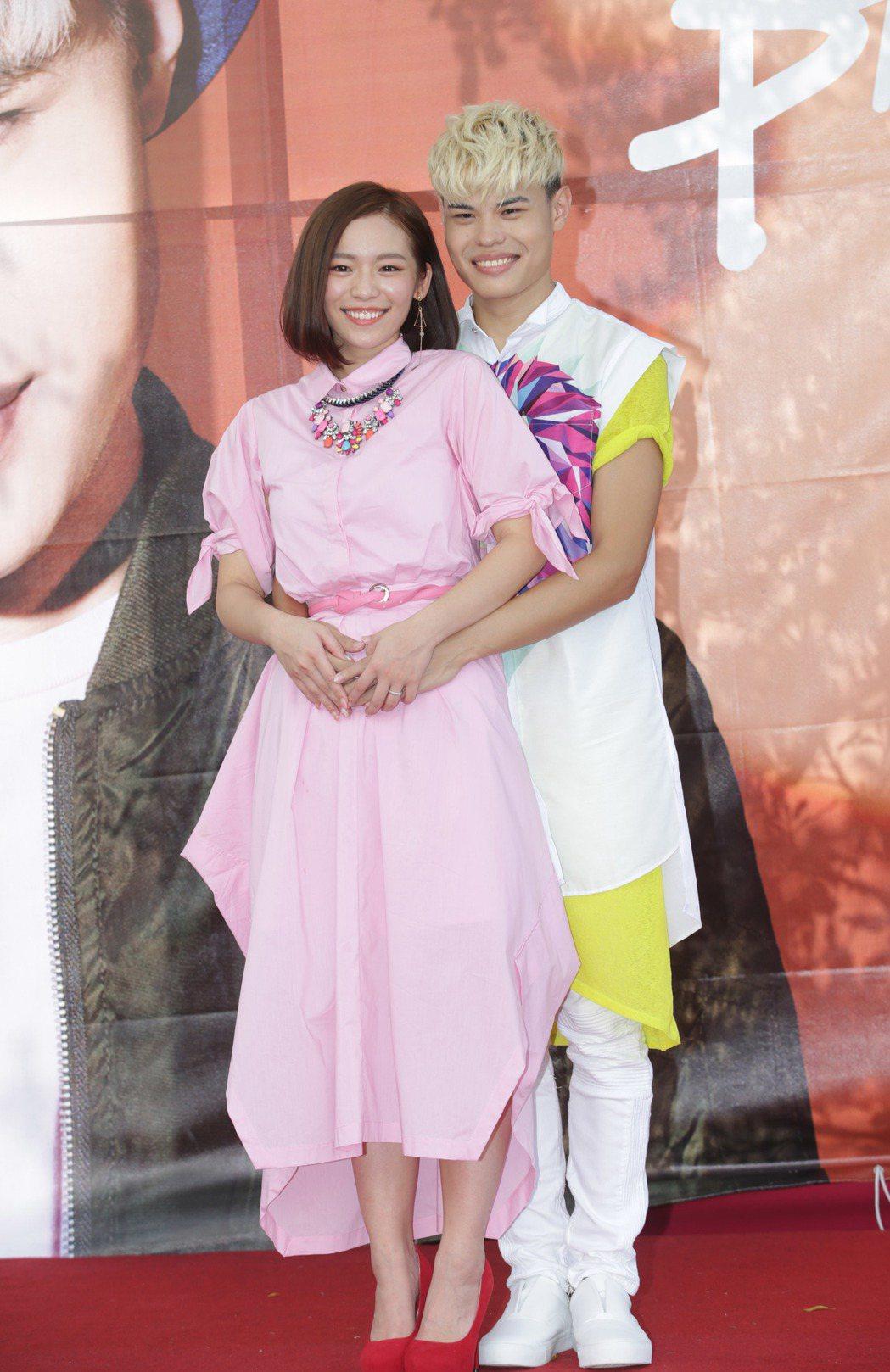 網紅聖結石(右)舉辦粉絲見面會,老婆Dodo到場站台。記者陳瑞源/攝影