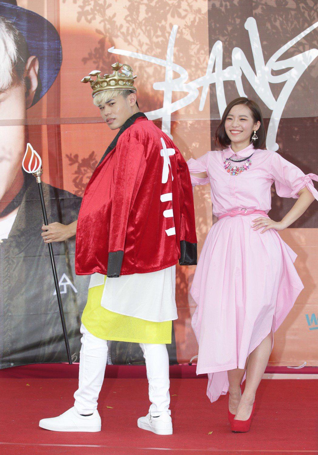 網紅聖結石(左)舉辦粉絲見面會,老婆Dodo到場站台。記者陳瑞源/攝影