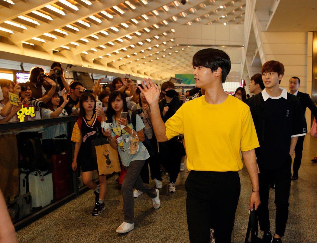 韓團VIXX傍晚抵台,近兩百位粉絲到機場接機,日前因天氣太熱而暈倒的隊長N(右二...