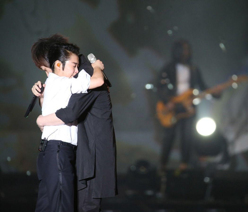 劉若英與阿信擁抱。記者陳瑞源/攝影