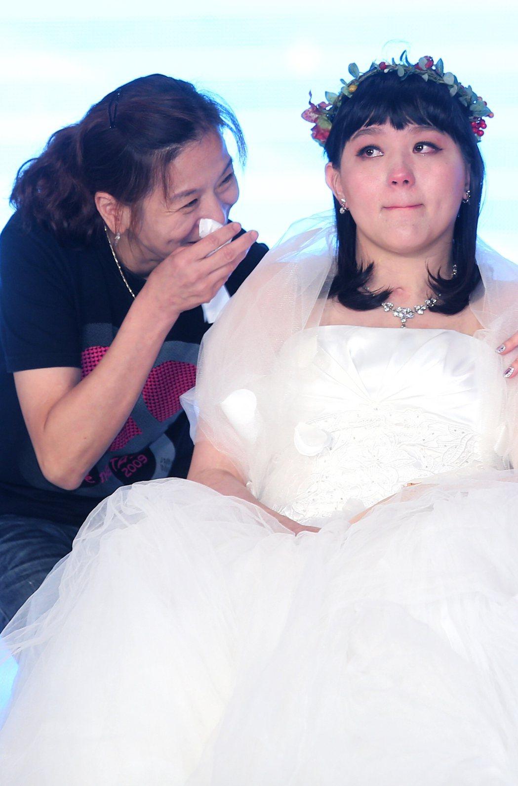 曾在2013年參加城市小姐選拔的八仙事件傷者林佩璇(右)在媽媽(左)陪同下重回舞...