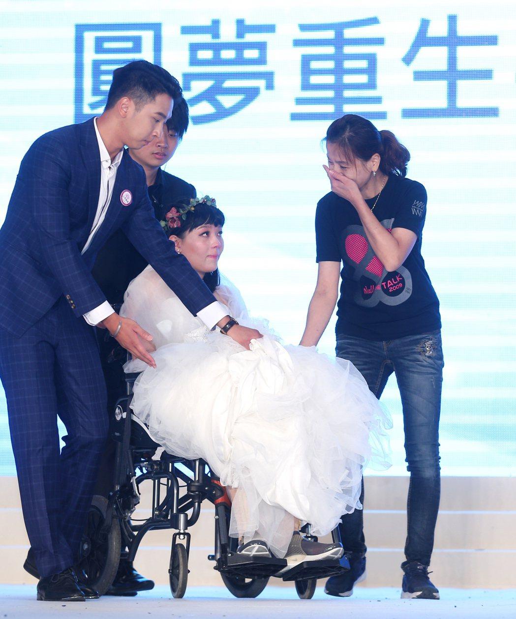 曾在2013年參加城市小姐選拔的八仙事件傷者林佩璇(中)在媽媽(右)陪同下重回舞...