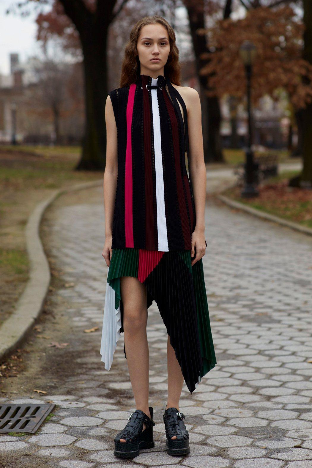 Proenza Schouler秋季服裝以灰黑色系為主,穿插濃重的紅、綠線條。圖...