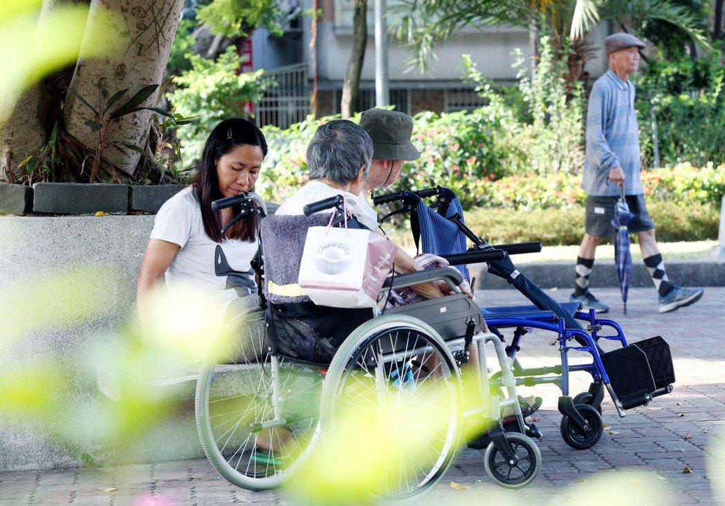 失能者中有兩成屬於重度失能者,因身上有管路或疾病複雜,居家缺乏設備與專業,勢必得...