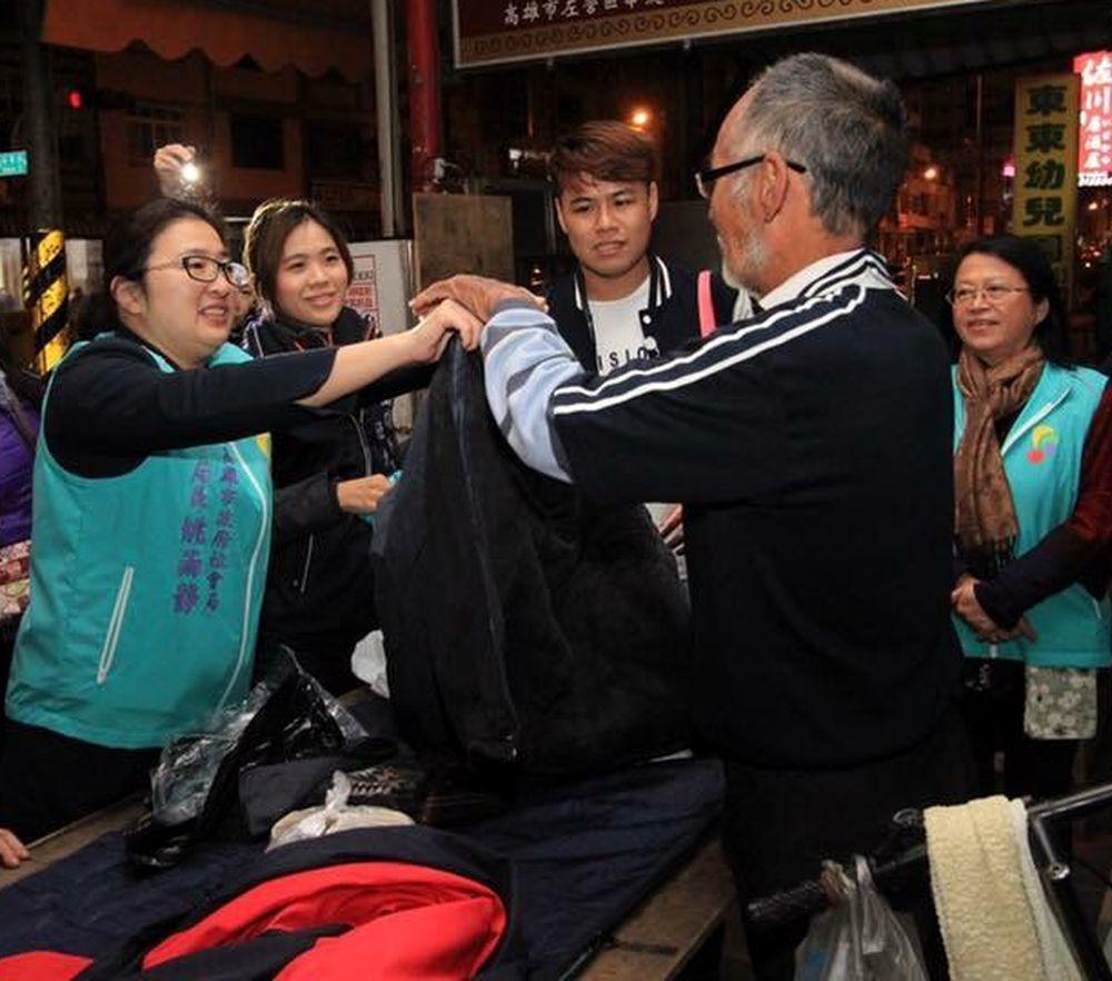 吳芝螢(左2)陪同高市社會局長姚雨靜(左1)到街頭發送物資關懷街友。圖/高雄市社...