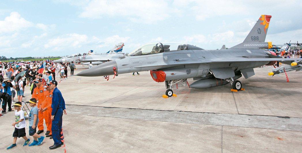 花蓮飛官載麻糬的F-16戰機也在會場中展示亮相,民眾爭睹。 記者劉學聖/攝影