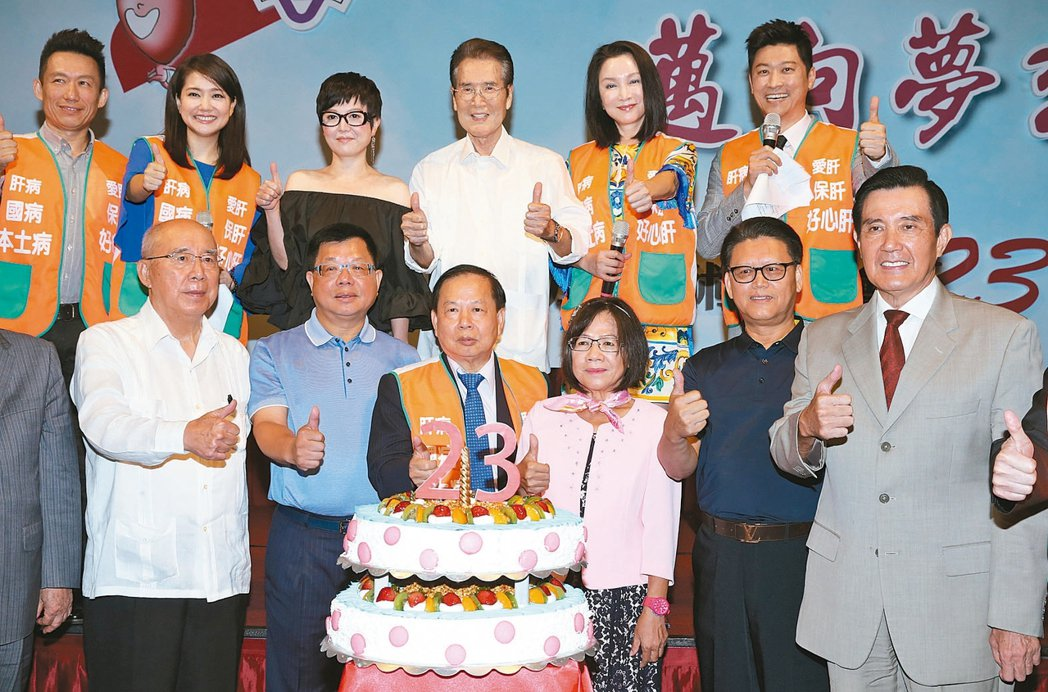 前總統馬英九(右)昨天出席肝病防治學術基金會廿三周年慶,與出席來賓一起切蛋糕慶生...