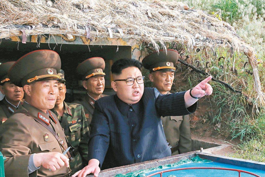 朝中社五月五日發布的照片顯示,金正恩(右二)在靠近南韓海域的長在島和茂島視察防禦...