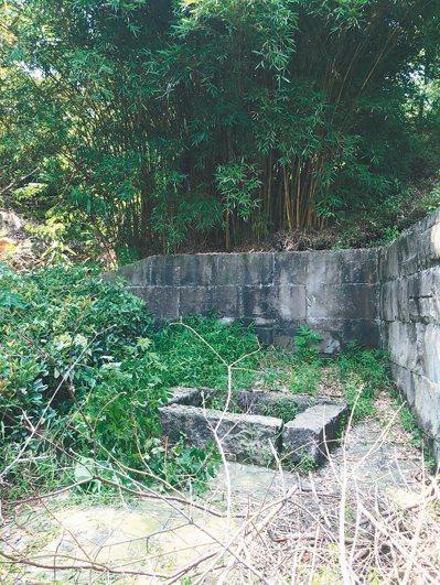 當地民眾口中的「古井」,其實是唯一未遭破壞墓穴。 圖/汪治惠提供
